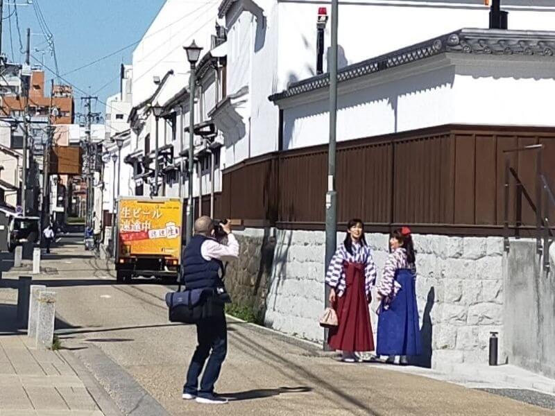 四間道の蔵の前にて撮影